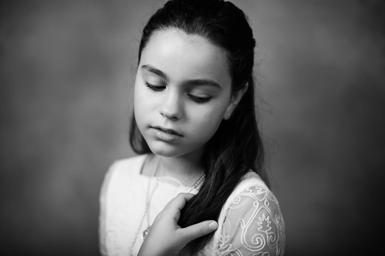 Retrato de una niña de Comunión en blanco y negro
